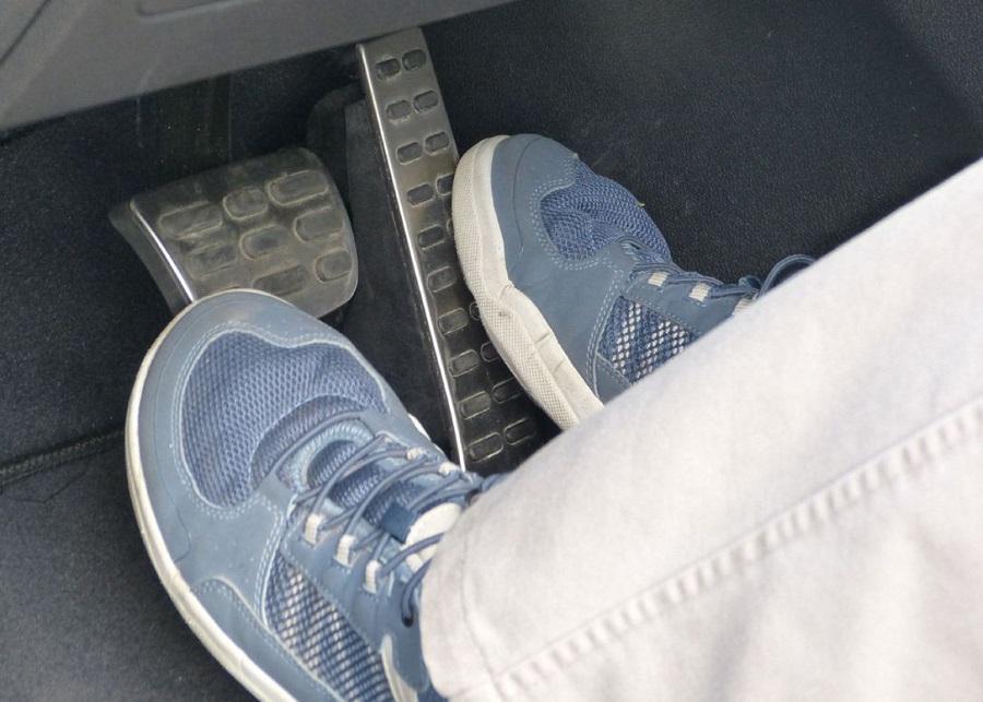 پای چپ روی پدال ترمز