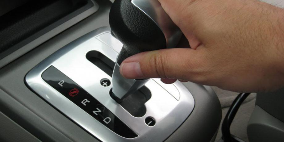 در توقف کامل خودروی اتوماتیک را در وضعیت P قرار دهید